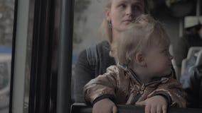 Κοριτσάκι στην περιτύλιξη mums στο λεωφορείο απόθεμα βίντεο