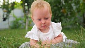 Κοριτσάκι στο καθαρό αέρα E r Υπόβαθρο ανάπτυξης μωρών r o απόθεμα βίντεο