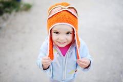 Κοριτσάκι στο πειραματικό καπέλο που χαμογελά στη κάμερα Στοκ εικόνα με δικαίωμα ελεύθερης χρήσης