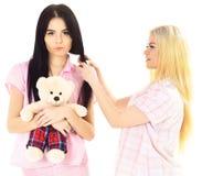 Κοριτσίστικη έννοια ελεύθερου χρόνου Αδελφές, καλύτεροι φίλοι στις πυτζάμες που κάνουν την πλεξούδα, hairdo μεταξύ τους Κυρίες στ Στοκ Φωτογραφίες