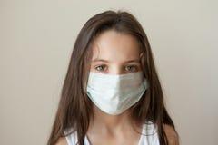 Κοριτσιών ιατρική μάσκα παιδιών ιατρικής γρίπης παιδιών επιδημική Στοκ εικόνες με δικαίωμα ελεύθερης χρήσης