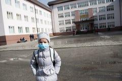 Κοριτσιών ιατρική μάσκα παιδιών ιατρικής γρίπης παιδιών επιδημική Στοκ Εικόνα