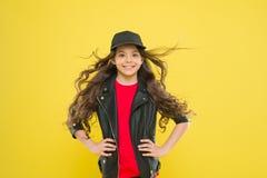 Κοριτσιών λατρευτό κίτρινο υπόβαθρο τρίχας παιδιών μακροχρόνιο κυματιστό Οι ισχυροί επίμονοι άνεμοι μπορούν να δημιουργήσουν τη σ στοκ φωτογραφία