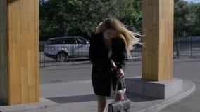 Κοριτσιών μόδας στο πορτοφόλι της απόθεμα βίντεο