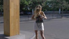 Κοριτσιών μόδας στο πορτοφόλι της φιλμ μικρού μήκους