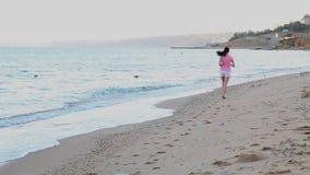Κοριτσιών σε μια παραλία στην παραλία απόθεμα βίντεο