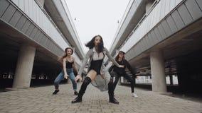 Κοριτσιών χορός χιπ χοπ χορού σύγχρονος στο χώρο στάθμευσης, τοποθέτηση, σύγχρονη ελεύθερη κολύμβηση, αστικό περιβάλλον απόθεμα βίντεο