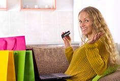 Κοριτσιών on-line με την κάρτα Στοκ εικόνες με δικαίωμα ελεύθερης χρήσης