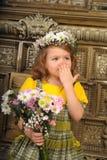 ΚΟΡΙΤΣΙ ΜΕ τα στεφάνια των λουλουδιών στο κεφάλι Στοκ Φωτογραφία