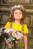 ΚΟΡΙΤΣΙ ΜΕ τα στεφάνια των λουλουδιών στο κεφάλι Στοκ Εικόνες