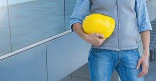 Κορμός αρχιτεκτόνων που κρατά ένα βαρέλι ενάντια στα παράθυρα Στοκ φωτογραφία με δικαίωμα ελεύθερης χρήσης
