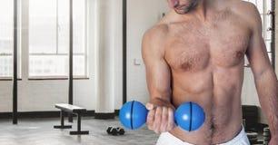 Κορμός ατόμων ικανότητας που κάνει τις ασκήσεις ικανότητας σε μια γυμναστική Στοκ φωτογραφία με δικαίωμα ελεύθερης χρήσης