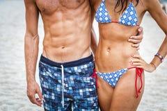 Κορμός γυναικών και ανδρών στην παραλία Στοκ Εικόνες