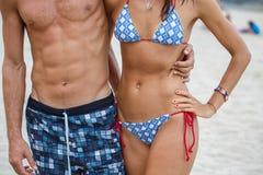 Κορμός γυναικών και ανδρών στην παραλία Στοκ Φωτογραφίες