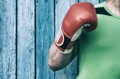 Κορμός ενός ατόμου και ενός δεξιόχειρα στα κόκκινα εγκιβωτίζοντας γάντια Στοκ φωτογραφία με δικαίωμα ελεύθερης χρήσης