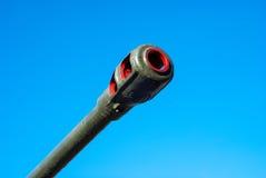 Κορμός ενός πυροβόλου όπλου πυροβολικού ενάντια στο μπλε ουρανό Στοκ φωτογραφία με δικαίωμα ελεύθερης χρήσης
