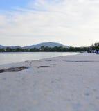 Κορνίζα τζακιού εκτός από τη θάλασσα στον κόλπο Garitsa Στοκ εικόνες με δικαίωμα ελεύθερης χρήσης