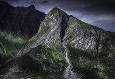 Κορυφές βουνών στον ήλιο βραδιού Στοκ Εικόνες