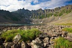 Κορυφές των βουνών στην ομίχλη Στοκ φωτογραφία με δικαίωμα ελεύθερης χρήσης