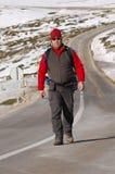 κορυφή βουνών ατόμων πεζο&p Στοκ φωτογραφίες με δικαίωμα ελεύθερης χρήσης