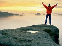 Κορυφή βουνών Ευτυχή αυξημένα χειρονομία όπλα ατόμων Ο αστείος οδοιπόρος με αυξημένος παραδίδει τον αέρα στοκ φωτογραφία με δικαίωμα ελεύθερης χρήσης