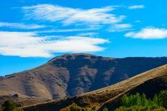 Κορυφή βουνών που καλύπτεται με τους μπλε ουρανούς και τα άσπρα σύννεφα Στοκ φωτογραφία με δικαίωμα ελεύθερης χρήσης