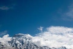 Κορυφή ενός βουνού χιονιού με το μπλε ουρανό Στοκ φωτογραφία με δικαίωμα ελεύθερης χρήσης