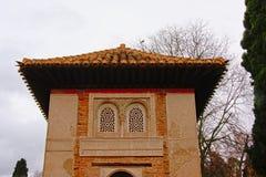 Κορυφή ενός πύργου, λεπτομέρεια Alhambra του μεσαιωνικού μαυριτανικού κάστρου, Γρανάδα Στοκ Εικόνες
