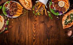 Κορυφή κάτω από την άποψη σχετικά με τα παραδοσιακά τουρκικά γεύματα στον εκλεκτής ποιότητας ξύλινο πίνακα στοκ εικόνες