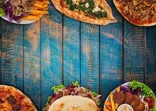 Κορυφή κάτω από την άποψη σχετικά με τα παραδοσιακά τουρκικά γεύματα στον εκλεκτής ποιότητας ξύλινο πίνακα στοκ εικόνα με δικαίωμα ελεύθερης χρήσης
