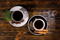 Κορυφή κάτω από την άποψη του τσαγιού και του καφέ πέρα από το σκοτεινό ξύλο Στοκ Εικόνες