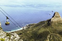 Κορυφή κάτω από την άποψη από το επιτραπέζιο βουνό ενός τελεφερίκ στοκ φωτογραφίες