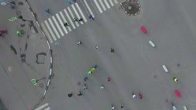 Κορυφή κάτω από τον εναέριο πυροβολισμό της οδικής διατομής με τους ανθρώπους που τρέχουν στο μαραθώνιο πόλεων φιλμ μικρού μήκους