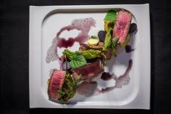 Κορυφή κάτω από τον πυροβολισμό του δημιουργικού πιάτου του ασιατικού βόειου κρέατος Στοκ Εικόνες