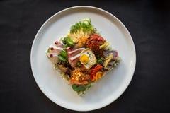 Κορυφή κάτω από τον πυροβολισμό του δημιουργικού πιάτου Chirashi και ολόκληρου του πιάτου Στοκ Φωτογραφία
