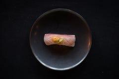 Κορυφή κάτω από τον πυροβολισμό του δημιουργικού πιάτου Nigiri Στοκ Φωτογραφίες