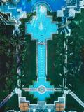 Κορυφή κηφήνων κάτω από την άποψη του χαρακτηριστικού γνωρίσματος νερού και των πολλαπλάσιων φοινίκων στοκ εικόνες