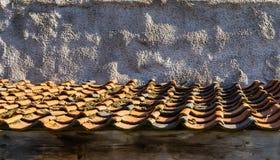 Κορυφή στεγών με την παλαιά και βρώμικη επικεράμωση στα χρώματα πορτοκαλιά και μαύρα στοκ εικόνες
