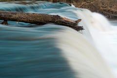 Κορυφή σύνδεσης του καταρράκτη που αντιστέκεται στη ροή του ποταμού Στοκ Εικόνες