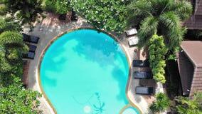 Κορυφή της άποψης της εναέριας άποψης κηφήνων πετάγματος της πισίνας στο πέντε αστέρων θέρετρο πολυτέλειας στο ηλιόλουστο τροπικό φιλμ μικρού μήκους