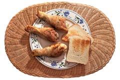 Κορυφή της άποψης του πιάτου με το κοτόπουλο και το ψωμί Στοκ Φωτογραφίες