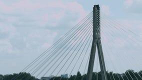 Κορυφή της καλώδιο-μένοντης γέφυρας ενάντια στο χρονικό σφάλμα σύννεφων κατσαρώματος απόθεμα βίντεο