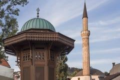 Κορυφή της πηγής Sebilj και του μιναρούς μουσουλμανικών τεμενών στο Σαράγεβο Στοκ εικόνες με δικαίωμα ελεύθερης χρήσης