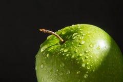 Κορυφή της πράσινης υγρής φρέσκιας Apple στο μαύρο υπόβαθρο Στοκ εικόνες με δικαίωμα ελεύθερης χρήσης