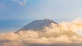 Κορυφή του βουνού του Φούτζι με τα σύννεφα που καλύπτονται, φυσικό τοπίο Στοκ εικόνα με δικαίωμα ελεύθερης χρήσης