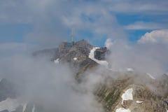 Κορυφή του βουνού säntis στην Ελβετία, τα σύννεφα και το μπλε ουρανό Στοκ φωτογραφίες με δικαίωμα ελεύθερης χρήσης