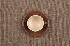 Κορυφή του καφετιού φλυτζανιού καφέ burlap Στοκ Εικόνες