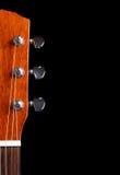 Κορυφή του λαιμού κιθάρων πέρα από τη μαύρη ανασκόπηση Στοκ Εικόνες