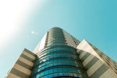 Κορυφή του τεράστιου επιχειρησιακού κτηρίου από την κατώτατη άποψη και το στερεό ουρανό Στοκ Φωτογραφία