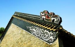 Κορυφή του τοίχου του κινεζικού παραδοσιακού αγροτικού σπιτιού κατοικιών με το κλασσικό σχέδιο και του σχεδίου στο ασιατικό ύφος  Στοκ Εικόνες